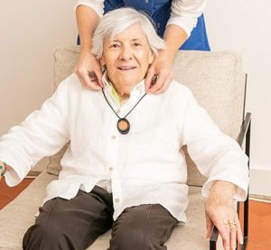 Personne âgée avec un collier d'assistance muni de GPS